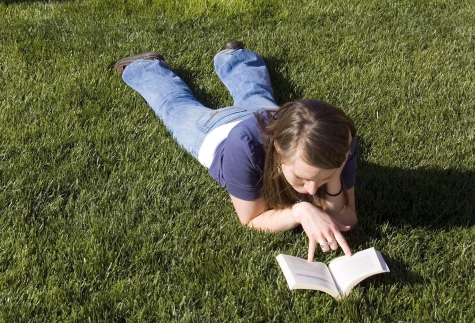 Čtoucí dívka