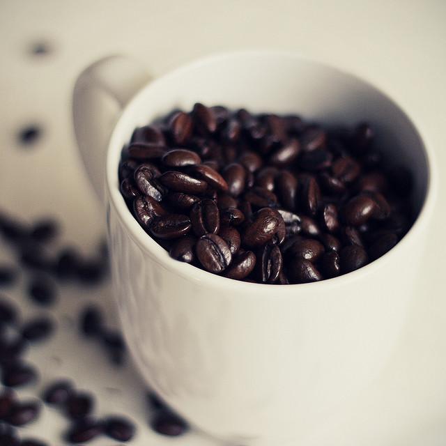 Šálek s kávovými zrny | Zdroj: flickr.com | Copyright: JenK