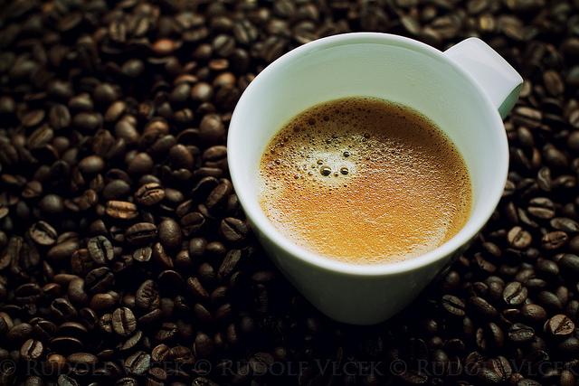 Hrnek kávy a kávová zrna