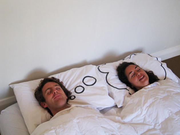 Pár, spící na polštářích | Zdroj: iliketowastemytime.com