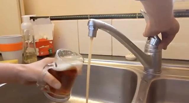 Pivo, které teče z kohoutku
