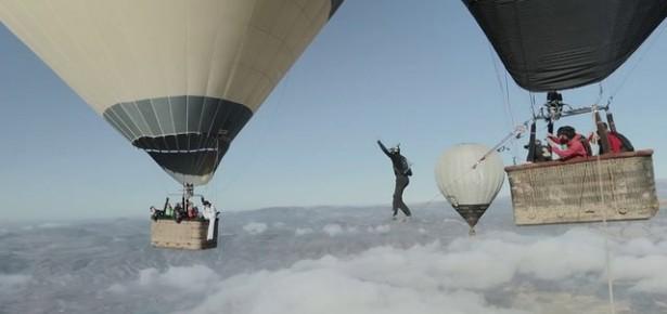 VIDEO: Tenhle cvok chodí po provaze mezi horkovzdušnými balóny stovky metrů nad zemí!