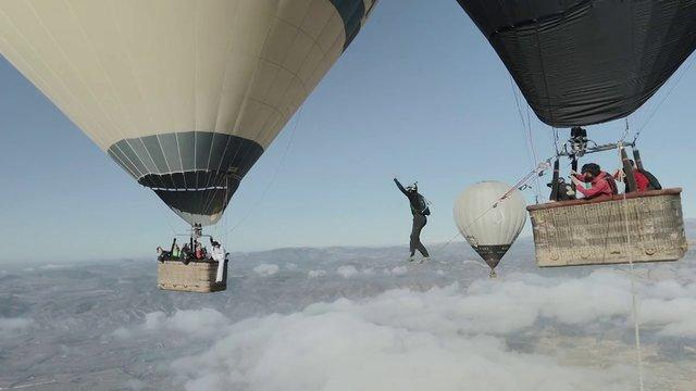 VIDEO Tenhle cvok chodí po provaze mezi horkovzdušnými balóny stovky metrů nad zemí