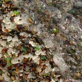 Skleněná pláž, miliony drahokamů místo písku