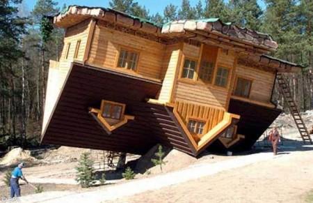 Dům vzhůru nohama, postavený na střech