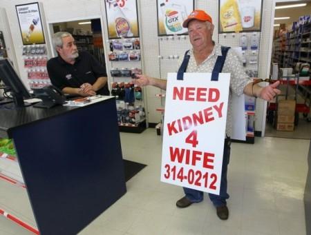 Manžel se pokoušel sehnat ledvinu pro svou manželku na ulici